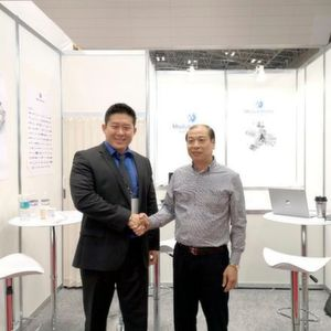 Chao Sun of ModuleWorks (left) and Minjia He of GSK (right) signing the partnership agreement at JIMTOF 2018 in Japan.