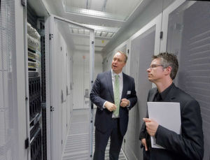 "Sven Klindworth, Head of IT & UCC Solutions bei BT Germany, führt durch ""sein"" Datacenter in Frankfurt-Sossenheim."