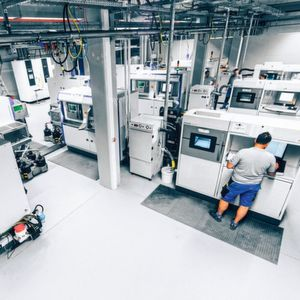 Contract manufacturers offer more than just a 3D printer. Apart from process and material diversity, professional additive manufacturers also offer advice with regard to design. (The image shows the metal workshop of Fit).