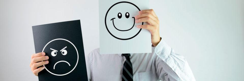 Glückliche Arbeitnehmer gehen regelmäßig mit Kollegen oder Freunden mittags essen.