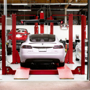 Tesla will seine Service-Center entlasten.