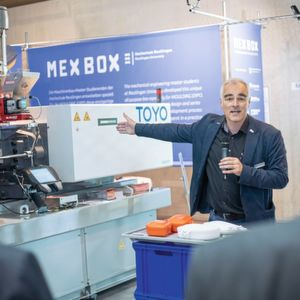 "Steffen Ritter from Reutlingen University and his team of students designed the MEX BOX lunch box and produced it live during the trade fair. ""This specific promotion of young people represents optimum networking of theory and practice."""