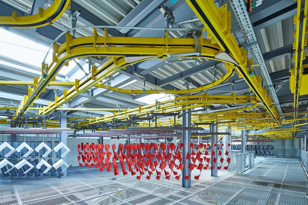 Hargassner uses an extensive power-and-free system with a chain length of 1400 m and eight chain