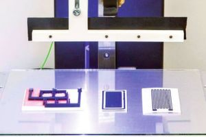 Experimenteller Fused Filament Fabrication (FFF)-Multimaterialdrucker am Fraunhofer LBF mit gedruckten Sensorprototypen.