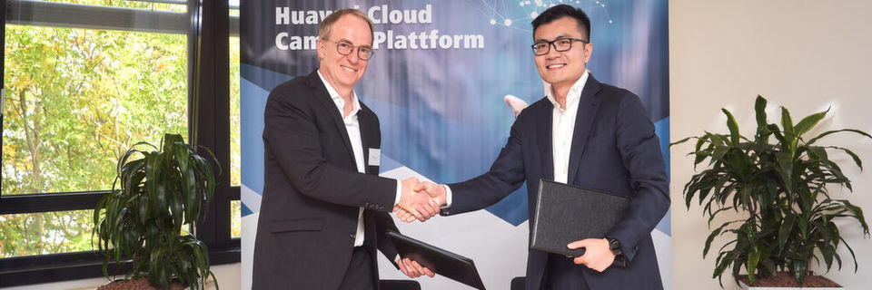 Handshake zur Vertragsunterzeichnung: Steffen Ebner, Vertriebsvorstand B2B der Komsa-Gruppe (l.) und Chris Lu, Managing Director, Huawei Enterprise Business Group Germany