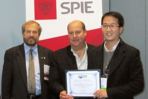 Gewinner des SPIE Young Investigator Awards 2010: (von links nach rechts) Marek Osinski, Vorstandsvorsitzender Colloidal Quantum Dots for Biomedical Applications V von BiOS/Photonics West; Rob Randelman, President Ocean Optics; Cheng-An J. Lin, Ph.D.