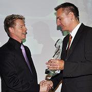 Geschäftsführer Jürgen Klein (li.) erhält den Service Award von »kfz-betrieb«-Chefredakteur Wolfgang Michel.