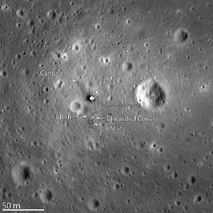 Der Lunar Reconaissance Orbiter hat die Landestelle von Apollo 11 fotografiert. Klar zu sehen sind die Unterstufe des Landemoduls (LM), das Passive Seismic Experiment Package (PSEP) sowie der Laser Ranging Retro Reflector (LRRR). (NASA/GSFC/Arizona State University)