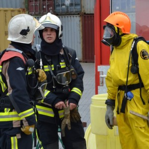 Working together: Now local firefighters can get professional support for chemical accidents from company fire brigades via the TUIS online database and helpdesk.