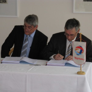 Roland Ludwig (EDL) with Reinhard Kroll (TOTAL) during the signing of the engineering contract for the refinery revam,p of Total's Leuna facilities.