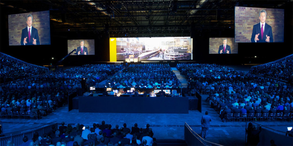 Sapphire Now 2012 in Madrid: Executive Keynote mit Bill McDermott, Co-CEO von SAP in futuristischem Ambiente.