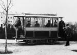 Die erste elektrische Straßenbahn der Welt fuhr ab 1881 in Lichterfelde bei Berlin. Zwei Jahre zuvor hatte Siemens den Prototyp auf der Berliner Gewerbeausstellung vorgestellt.