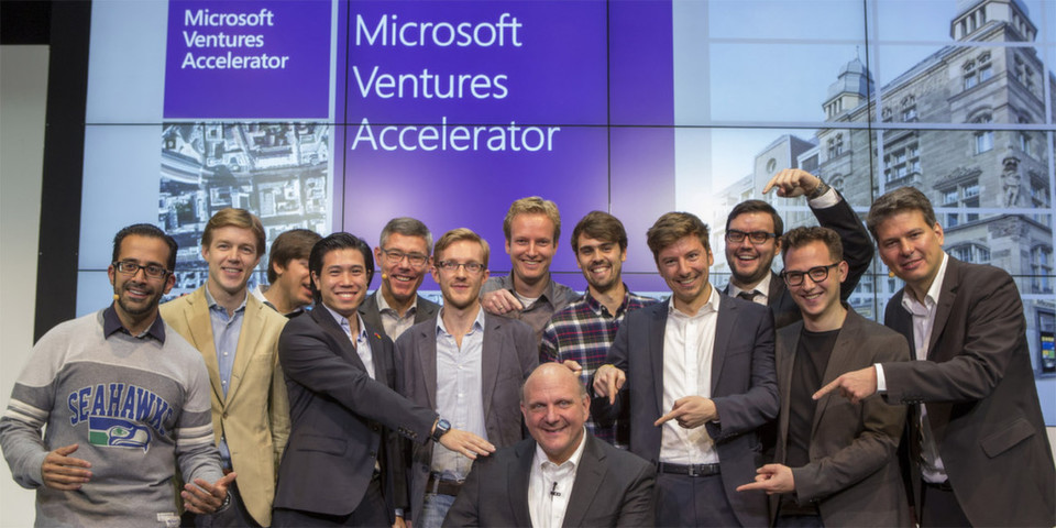 Strahlende Gesichter: Steve Ballmer und Christian P. Illek begrüßen zusammen mit Rahul Sood und Stephan Jacquemot die neun Startups der ersten Klasse des Microsoft Ventures Accelerators in Berlin: Attaching.it, Babbo, Cringle, EvoMob, Makeapoint, MyLorry, Researchcluster, Sensorberg und UnlockYourBrain.