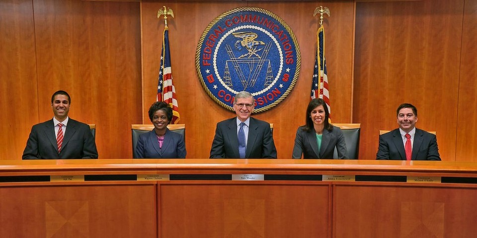 Die US-Regulierungsbehörde Federal Communications Commission (FCC) hat für den Plan ihres Vorsitzenden Tom Wheeler (Mitte) gestimmt, die Netzneutralität strikter zu regeln.