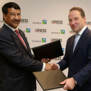 Matthias Zachert, Chairman of the Board of Management of Lanxess (right), and Abdulrahman F. Al-Wuhaib, Senior Vice President Downstream of Saudi Aramco, have signed the agreement on the new Joint Venture in Cologne, Germany.