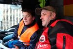 Im Fahrerhaus zeigt Willi Aue (rechts) Lukas Siebner seinen Arbeitsplatz.