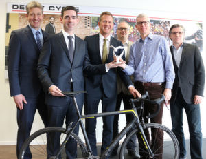(V.l.:) Stefan Porcher (COO Contract Logistics Germany), Matthias Magnor (CEO Germany), Kai Hasenpusch (CCO Germany), alle Hellmann Worldwide Logistics, Olaf Heinen (CFO), Thomas Raith (CEO) und Volker Becker (Leiter Logistik/SCM-Projekte), alle Derby Cycle.