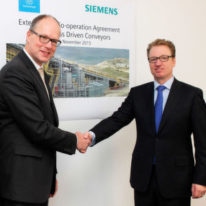 Thyssenkrupp Industrial Solutions und die Siemens Division Process Industries and Drives besiegelten die Fortsetzung der Kooperation für die nächsten fünf Jahre. Unterzeichnet haben den Vertrag Jürgen Brandes (links), CEO der Siemens Division Process Industries and Drives und Jens Michael Wegmann, Vorsitzender des Vorstands des Geschäftsbereiches Industrial Solutions von Thyssenkrupp.