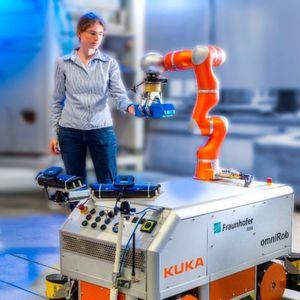 Durch die multisensorielle Arbeitsraumüberwachung kann die Mitarbeiterin sicher mit dem Roboter interagieren.